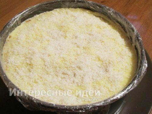 верх торта посыпать кокосовой стружкой