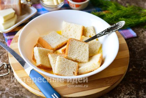окунуть хлеб в смесь
