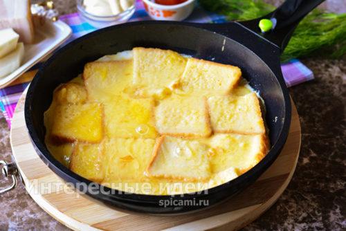 выложить хлеб в сковороду