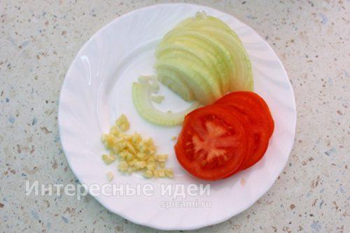 нарезать лук, чеснок и помидоры