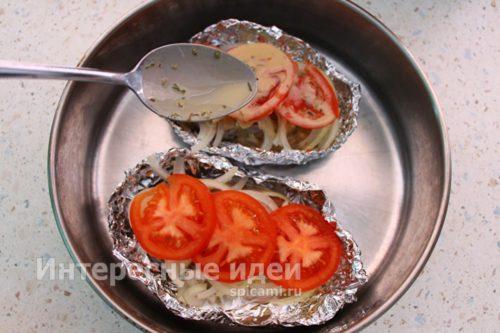 добавить чеснок, помидоры и заливку