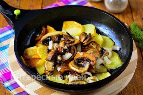 соединить грибы и картошку, выдавить чеснок