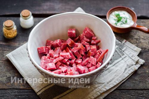 колбасу нарезать