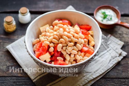 фасоль переложить в салатник
