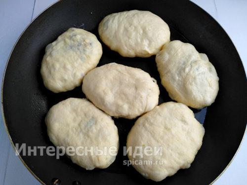 выложить пирожки в разогретую сковороду