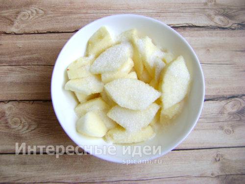 яблоки нарезать, присыпать сахаром