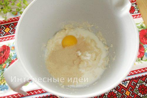 добавить желток, ванилин и молоко