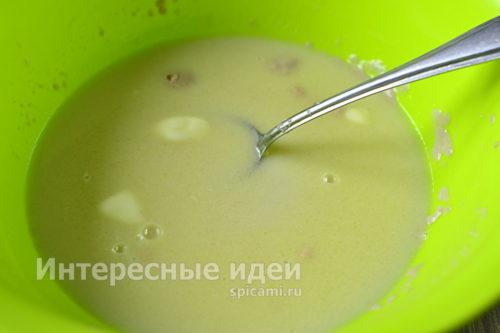 добавить дрожжевую смесь к молоку с маслом
