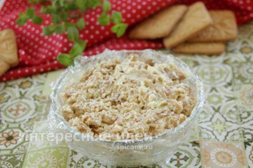 наполнить форму печеньем с маслом и сгущенкой