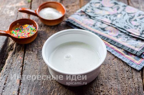 смешать молоко и манку