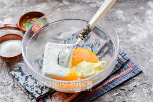 добавить два яичных желтка
