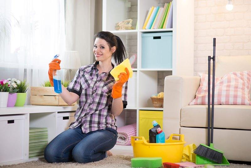 Женщина убирает квартиру