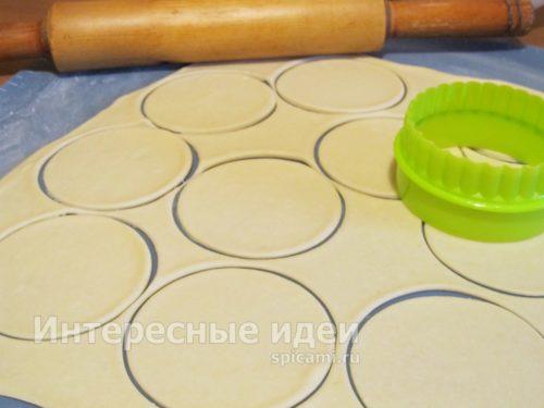 раскатать тесто, вырезать круги