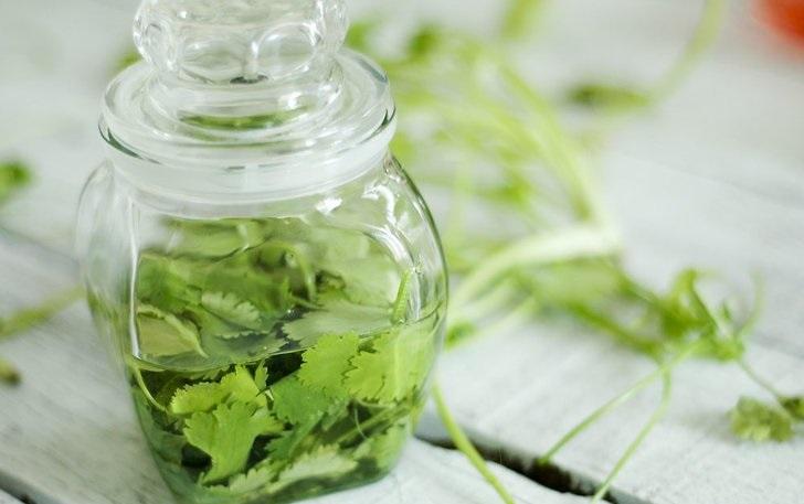 зелень в стеклянную банку