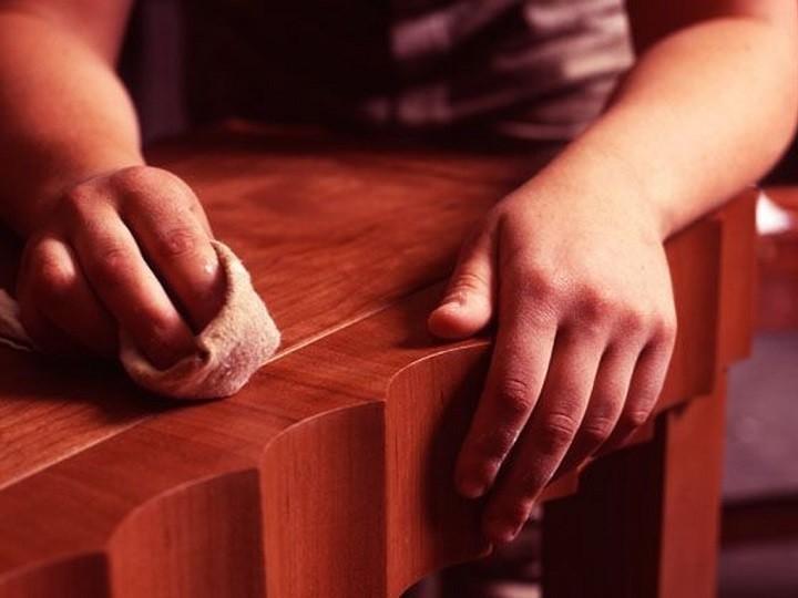 колготками вытираем деревянную мебель