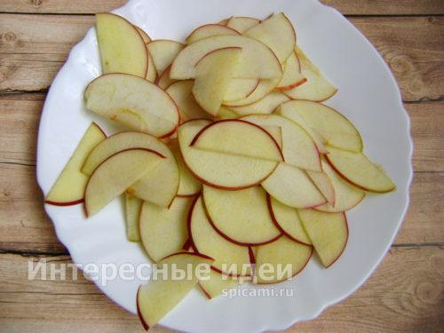 яблоки нарезать тонкими кусочками