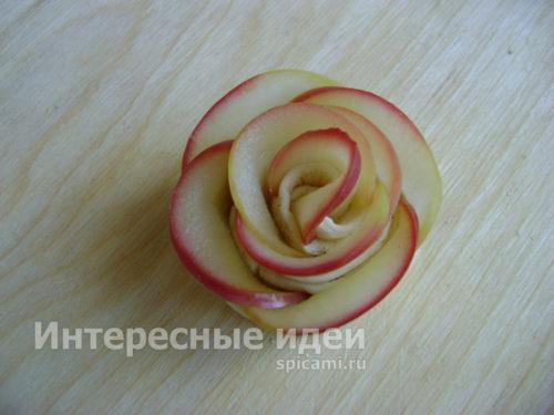 свернуть тесто, расправить кусочки яблок