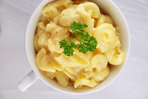 Макароны с сыром в чашке